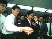 陳水扁(右三)試用門縫窺視鏡後,對警方偵防器材表示滿意。