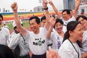 ■選戰進入決戰關鍵,李應元(左二)忙得連運動放鬆的時間都快沒了。