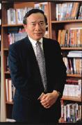 黃建南抱著為華裔人士開路的雄心,在美國從政,卻因捲入政治獻金案而黯然下台。