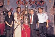 中華網龍賺得比母公司還多,王俊博(右二)惜才愛才的好心得好報。