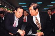 黃崇仁(左)號召台灣商界菁英,親自帶團到胡錦濤的母校北京清大,找一批中國官員來「上課」。