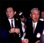 施顏祥(左)和陳棠(右)都說,自己沒有在七十三億元鉅款上動手腳。