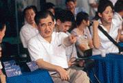■雖然貴為中華電信董座,毛治國(左一)夫婦的生活非常質樸,穿著和一般小市民沒兩樣。