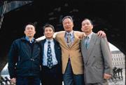查理大橋下,郭台銘(右二)與汪得成(左)、王建賀(中)等捷克廠幹部合影。