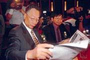 郭台銘(左)的一舉一動,都是媒體關注的焦點,即使在英特爾主辦的?會議上也不例外。