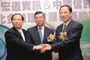 在美國奮鬥10年的何經華,回到台灣擔任甲骨文台灣分公司總經理,2年半前轉任宏道資訊亞太區總裁。(右為宏道資訊創辦人陳丕宏,左為何經華)