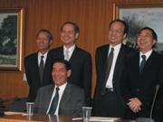 ■奇美電新任兩席董事許春華(後排右1)、林榮俊(後排左1)、董事長廖錦祥(前排)與許文龍都是三親等以內的關係,許家班勢力成形。