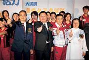 ■蔡辰威(前排右三)全力促成國泰女桌球隊成軍。