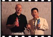 維珍集團執行長保羅.使提爾(左)與信喜實業董事長陳清林(右)合作生產碳酸飲料。
