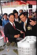 站在企業總部模型前,台北市長馬英九(前排右)滔滔不絕的說著,似乎比吳東亮(前排左)還興奮。