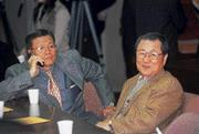 ■ 結束訪美行程的饒穎奇(右)向章孝嚴抱怨,活動排得太緊了,「哪有連火車上都在開會!」