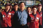 韓定國(中)認為,肯德基容許更多的創意,讓餐廳總經理擁有高度的自主權。