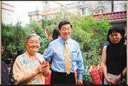 孝順的潘燊昌(右)光耀門楣,潘老太太開心之情溢於言表。