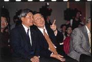 施振榮(右)︰宏電與宏科的合併案,是王振堂(左)一個月前就提出的構想。