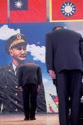 ■陸軍官校校友會尊奉蔣中正總統為永久精神會長,民進黨的貶蔣,黃埔人無法接受。
