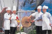 左起宣明智、交大校長張俊彥、前校長鄧啟福以及邱羅火,喬裝成大廚粉墨登場,為募款活動揭開序幕。