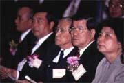 經證交稅一役,蕭萬長的處境更是尷尬,並動搖了行政院長的地位。