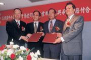 ■財政部長林全(左2)的「切割牛肉」理論,搭配陳戰勝(左1)「豬肉豬肝」論,成功出售高企與鳳信。