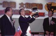 高清愿(左)想打贏下個世紀的大仗,找來日本物流霸主相助(中為大和運輸宅急便社長有富慶二)。