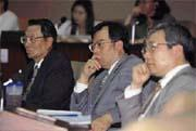 施振榮(左)、黃崇仁(中)等電子大亨元氣大傷。