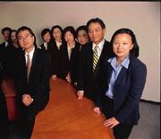 1999年5月,元大投信董事長馬維欣(右一)接掌不到1年,元大投信衝上龍頭寶座,杜純琛(左前一)當時是研究部協理,原任總經理黃廷賢(右二)早有倦勤之意。而今,元大投信跌到第5名。