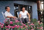 坐在二樓陽台花園前,陸晉德夫婦看著一手栽培的花草,開懷的笑了。