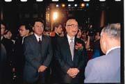余紀忠(右)將《中國時報》棒子交給余建新(左),時報系進入全新時代。