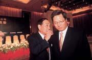 ■王令麟(右)雖然挺扁,但父親王又曾(左)卻是國民黨中常委,一家兩人游走藍、綠陣營。