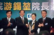 游錫堃主動拜訪何薇玲(右二),請益民間企業?拚經濟之道。