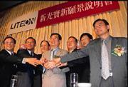 三年來刻意培養新生代領導人,宋恭源(左四)抓住大家的手一起照相,不願成為媒體唯一焦點。
