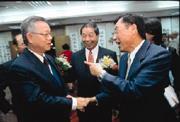 與李登輝、陳水扁都有交情淵源的林華德(前排右),在金融圈更是吃得開。