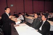 呂忠達(左)經常在講座上運用政見會的技巧,瓦解受訓同仁的心防。
