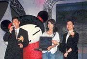 何薇玲(右)一站台,遊戲記者會就馬上「豬羊變色」,都怪惠普的招牌太響亮。