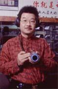 李浩倫手持的雷射監聽儀是警方辦案常用的器材。