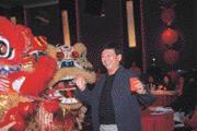 張明正表演魔術逗觀眾開心,自己也笑得很開心。