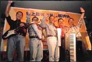 陳丕宏(左三)為客戶開金口唱歌。