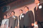 中華電信介入有線電視產業,對東森王令麟(右二)、中嘉張安平(右三)而言,不啻是顆威力驚人的深水炸彈。