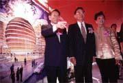 沈慶京(左)投資的亞太商務會館將提供會員「商機共享」的機會。