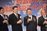 採購權外移,對台灣代工廠而言,似乎是個警訊,但許朱勝(左二)卻有相反的看法。