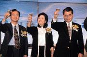 中華電信單據處理中心接受元大證券委託,負責每月20萬封對帳單印製,保守估計,單據處理中心今年營業額已有5千萬元。(右為毛治國,中為杜麗莊)