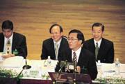 ■為了和陳水扁總統(前)一起「開會」,民進黨中常委選舉的賄選傳聞滿天飛。