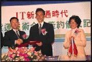 許淑楨(右)與日本佐川急便簽約,卡位物流市場。