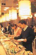 生蠔、螃蟹、鮮蝦任人吃到飽,置身在裝潢典雅的挑高大廳中,巴黎海鮮餐廳讓小氣消費者感到物超所值!