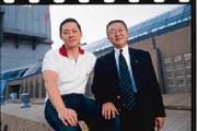去年8月,廖鎮漢(左)親自到日本,力邀決定退休的台灣太平洋Sogo總經理岡一郎(右)加入微風廣場團隊。
