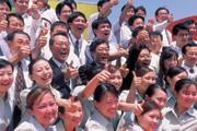■面板景氣大好,李焜耀(圖中)估計友達今年獲利挑戰500億元。