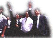 曹興誠(右一)和宣明智(右三)向宋楚瑜(右二)解說聯瑞災後情況。