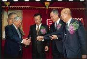 慶豐集團負責人黃世惠(右一)接受財政部安排,讓慶豐銀行走上與合庫合併之路。
