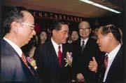 8月9日,林明成(前左二)熬了32年,終於「正式」登上華南銀行董事長的寶座。