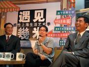 ■幾米(中)面對媒體表情略顯生硬,一旁的姊夫、台灣固網副董事長黃少華(右)不時給予鼓勵的笑容。