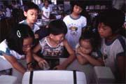 電腦輔助的教學除了讓小朋友學會操縱電腦,也讓小朋友培養出合作的團隊精神。